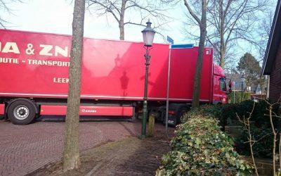 Vrachtwagens in de wijk